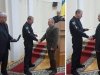 В Днепре двух врачей наградили пистолетами за спасение полицейских