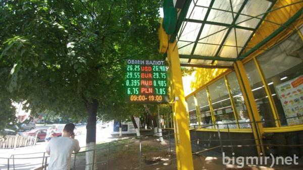 Утром во вторник, 18 июня, доллар в обменниках можно купит по 26.45 грн