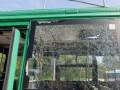 В Киеве мужчина бросил камень в троллейбус и ранил пассажирку