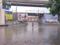 В Одессе пешеходы идут по колено в воде