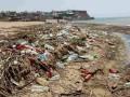 Пляжи в Крыму встречают туристов горами мусора