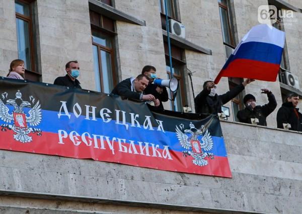 На данный момент приблизительно одна тысяча человек продолжают находиться возле захваченной Донецкой ОГА