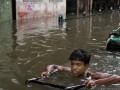 В Индии более 20 студентов смыло волной в реку