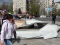 В Киеве ветер сорвал железные листы с ТЦ: травмирована женщина