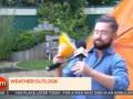 В Ирландии телеведущего сдуло ветром в прямом эфире