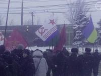 На митинге в Мариуполе подняли флаг с серпом и молотом