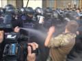 Под Радой применили газ, протестующие ломают брусчатку