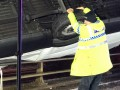 Британский полицейский удержал падающий с моста грузовик