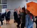 Экоактивисты разбросали листовки возле Меркель