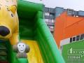 В Кривом Роге ветер перевернул надувную горку, пострадали дети