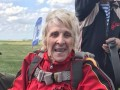 В Днепропетровской области 71-летняя бабушка-инвалид прыгнула с парашютом