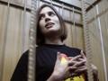 Осужденной участнице Pussy Riot объявили выговор за курение без конвоя