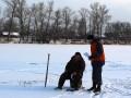 Украинцев просят не ходить на тонкий лед и не пить на зимней рыбалке