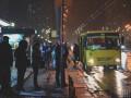 Зажало дверью: В Киеве водитель автобуса сломал пассажиру ногу