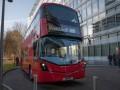 В Лондоне двухэтажный автобус въехал в остановку
