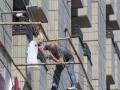 Мужчина в гостинице Крещатик передумал прыгать после переговоров с российским дипломатом