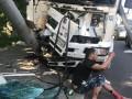 В Киеве фура протаранила электроопору