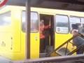 Водитель киевской маршрутки выломал дверь, чтобы выпустить людей