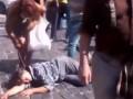 На Майдане женщина с битой сорвала цепочку с лежащего человека (видео)
