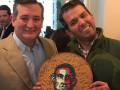 Трампу-младшему подарили огромное печенье с портретом Обамы