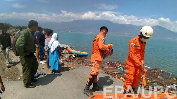 Сотни людей погибли в результате цунами в Индонезии
