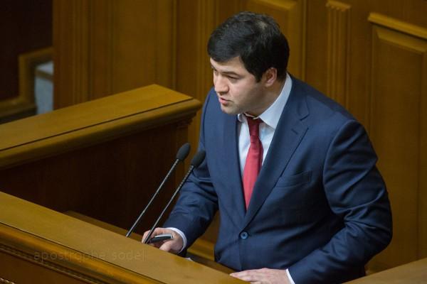 На момент покупки недвижимости Насиров работал в частных международных компаниях