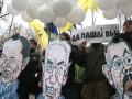 По случаю отставки правительства Азарова под Кабмином прошла акция Давай, до свидания!