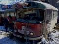 В Харькове трамвай сошел с рельсов, врезался в столб и перекрыл движение