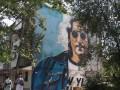 В Изюме нарисовали мурал с Ленноном
