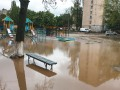 В Киеве кипятком затопило детскую площадку: Авто провалилось под землю