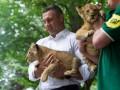 Кличко со львенком на руках показал, каким будет киевский зоопарк