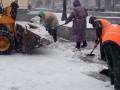 В Киеве более четырех тысяч коммунальщиков задействованы в уборке снега