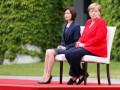 На встрече с премьером Молдовы Меркель сидя слушала гимн
