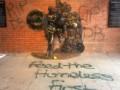 Первый в мире памятник Дэвиду Боуи пострадал от вандалов