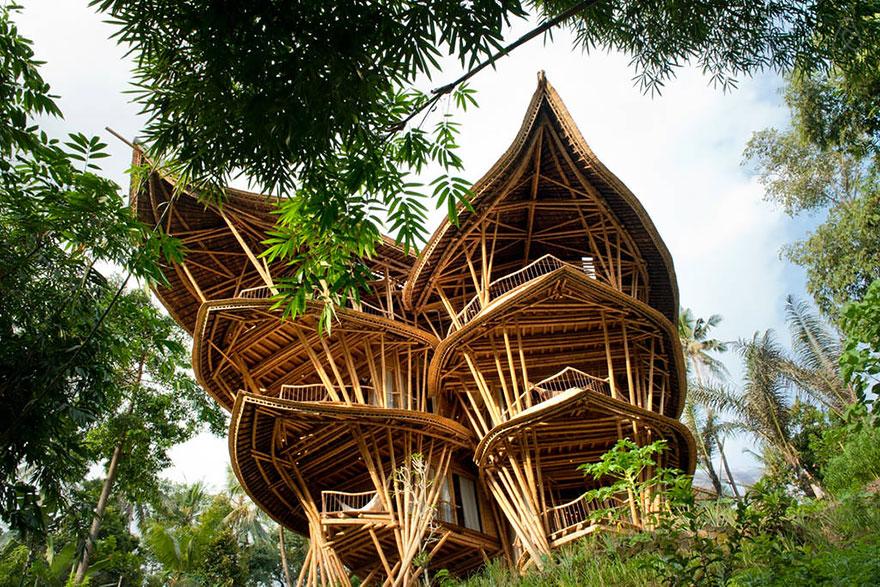 Женщина бросила работу, чтобы делать бамбуковые дома на Бали