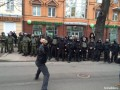 В Киеве активисты забросали камнями офис Ахметова и Сбербанк России