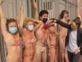 В Париже голые экоактивисты приковали себя цепью