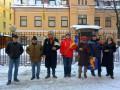 Питерцы с синими и желтыми цветами провели акцию к годовщине Майдана
