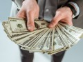 В столице кассир обменника ограбил девушку на 26 тысяч долларов и запер ее