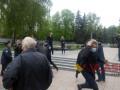 Вырывали красные флаги у демонстрантов: в Виннице на первомайский митинг напали люди в масках