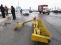 В Киеве МАЗ снес снегоуборочный трактор с моста