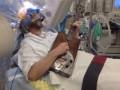 Пациент сыграл на гитаре во время операции на мозге (ВИДЕО)