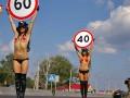 День в фото: стриптиз на дороге, защита сквера в Киеве