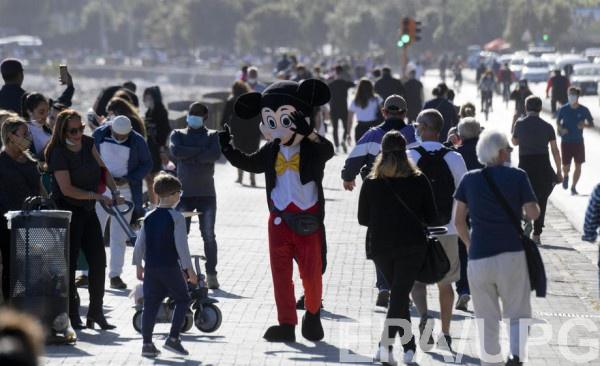 Жители итальянского Неаполя массово гуляют на набережной