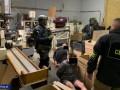 В Польше украинцы работали на нелегальном заводе по производству сигарет