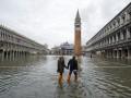 День в фото: наводнение века в Италии и пожар в Киеве