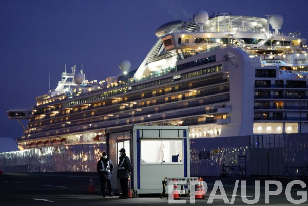 Круизный лайнер Diamond Princess на карантине у берегов Японии