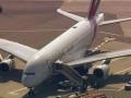 В Нью-Йорк прибыл самолет из Дубая с сотней заболевших пассажиров на борту