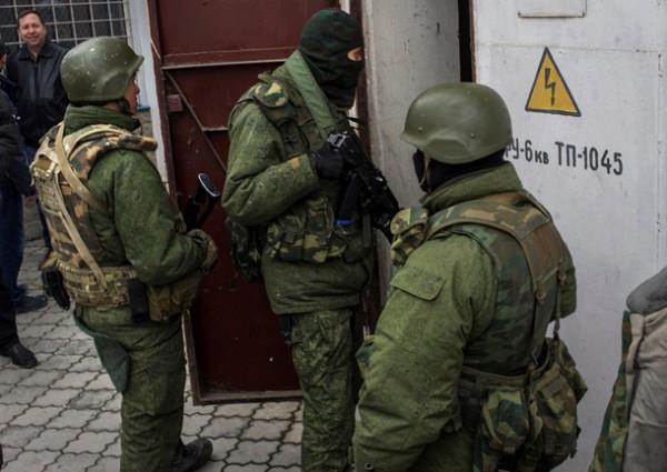 Тем не менее, воинские части Крыма находятся в окружении российских военных