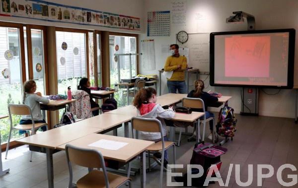 Во Франции снова начали закрывать школы после отмены карантина